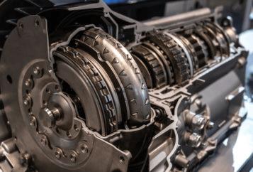 Cutia de viteze este parte a mecanismului de transmisie al unui automobil, cu rolul de a transmite puterea de la motor la roti, intr-un mod variabil, controlat, prin schimbarea rapoartelor de transmisie cu ajutorul schimbatorului de viteze. Cutia de viteze poate fi manuala sau automata, in functie de autovehiculul condus. Statistic, in Europa sunt preferate autoturismele echipate cu cutii de viteze manuale, iar in America de Nord cele echipate cu cutii de viteze automate (probabil datorita distantelor foarte mari parcurse intre doua localitati, cand lipsa pedalei de ambreiaj aduce un plus de confort conducatorului auto). Cutia de viteze are un rol deosebit de important, iar defectiunile sunt, de cele mai multe ori, cauzate de proasta intretinere sau utilizarea necorespunzatoare. Cand se schimba uleiul la cutia de viteze manuala Unii specialisti spun ca uleiul din cutia de viteze manuala poate fi lasat acolo pe toata durata de rulare a autovehiculului, asa cum a venit din fabrica, fara sa fie schimbat vreodata, intrucat temperatura de functionare normala este de 60-70 de grade, si poate ajunge la cel mult 80-90 de grade in conditii extreme de canicula, aglomeratie etc., si deoarece cutia de viteze este etansa, nu se pierde ulei, ideal este sa nu umblam acolo decat foarte rar, doar ca sa verificam nivelul. Daca este sub nivel, cauza este o pierdere la garnituri. Cand uleiul si-a schimbat proprietatile si nu mai asigura ungerea cum trebuie, cand s-a depus span, mici aschii cazute de pe pinioane, sau pilitura de fier, ele vor contamina uleiul care devine abraziv. In toate situatiile este obligatoriu sa va deplasati la un service pentru control. Dupa orice interventie in interiorul cutiei de viteze este necesara inlocuirea uleiului de transmisie. Producatorii mentioneaza durata la care se inlocuieste uleiul din cutia de viteze, pentru fiecare model in parte, in cartea masinii sau in carnetul de garantii. Iata cateva exemple, strict informative: Honda la 120.000 km sau 8 